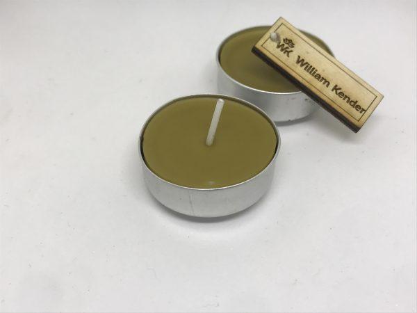 Čajová sviečka zo 100% včelieho vosku, ručne odlievaná.